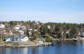 Поселок на берегу водоема в Швеции