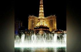 Фонтаны перед отелем Париж